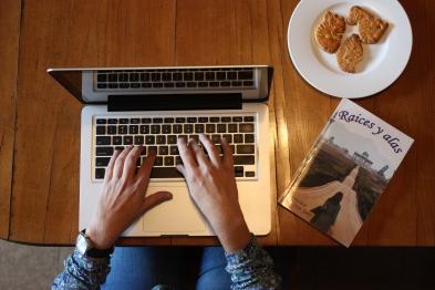 Imagen de la autora Verónica Fabra Godó escribiendo su libro Raices y alas