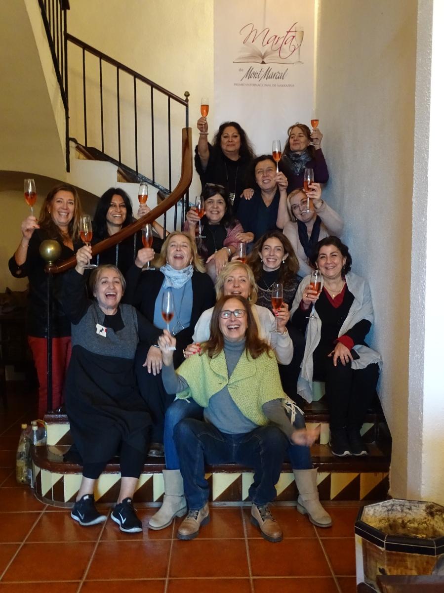 13 mujeres reunidas brindando en Mont Marçal