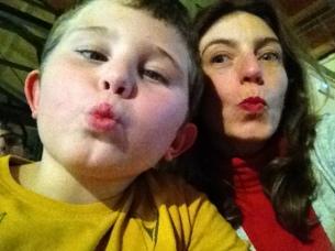 Mamá y Dídac dando un beso